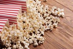 Emmer popcorn op houten achtergrond Royalty-vrije Stock Foto's
