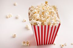 Emmer popcorn op witte achtergrond Royalty-vrije Stock Foto's
