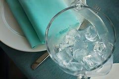 Emmer van ijs en tang op een dienende lijst stock fotografie