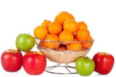 Emmer van rode en groene appelen en sinaasappelen op whit Royalty-vrije Stock Foto's
