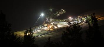Emmer-wiel graafwerktuig bij nacht in bovengrondse mijnbouwhambach Royalty-vrije Stock Fotografie