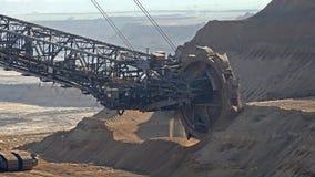 Emmer-wiel graafwerktuig in bovengrondse mijnbouwkuil in Duitsland stock videobeelden