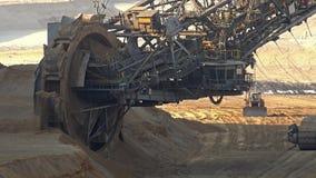 Emmer-wiel graafwerktuig in bovengrondse mijnbouwkuil in Duitsland stock video