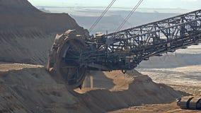 Emmer-wiel graafwerktuig in bovengrondse mijnbouwkuil in Duitsland stock footage