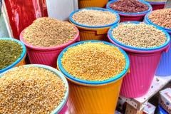 Emmers met diverse droge zaden op de voedselmarkt, Iran Stock Foto's