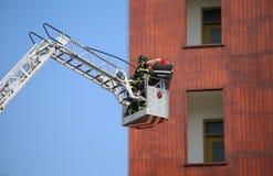 Emmervrachtwagen met brandbestrijders tijdens oefening in firehouse royalty-vrije stock afbeeldingen