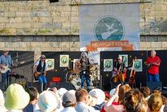 Emmylou Harris e faixa na fase no festival dos povos de Newport foto de stock
