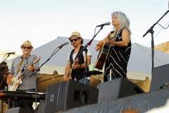 Emmylou Harris e faixa na fase no festival dos povos de Newport fotos de stock royalty free