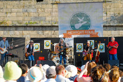Emmylou Harris och musikband på etapp på den Newport Folkfestivalen Arkivfoto