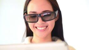 Emoção asiática da cara do sorriso da mulher com vidros filme