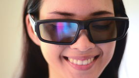 Emoção asiática da cara do sorriso da mulher com vidros vídeos de arquivo