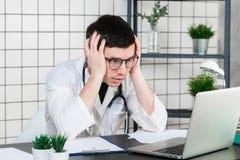 Emoção com o doutor novo que está sendo esgotado em um hospital imagens de stock