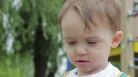 A emoção das mostras do menino no fim do sorriso da cara acima filme