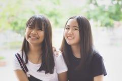 Emoção de sorriso Toothy da felicidade da cara do adolescente dois asiático fotografia de stock