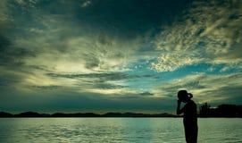 Emoção do amor das sombras na praia Fotografia de Stock Royalty Free