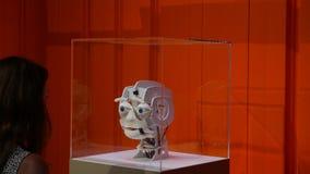 Emoção expressa da cabeça do robô na cara filme