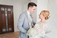 Emoções da noiva quando encontrar seu noivo em primeiro lugar no dia do casamento Foto de Stock Royalty Free