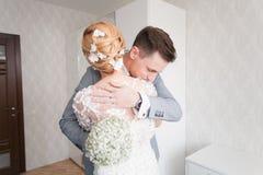 Emoções da noiva quando encontrar seu noivo em primeiro lugar no dia do casamento Fotografia de Stock Royalty Free