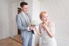 Emoções da noiva quando encontrar seu noivo em primeiro lugar no dia do casamento Imagens de Stock