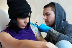 Emoções de uma menina ao fazer um tatuagem Fotografia de Stock