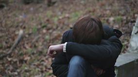 Emoções do homem novo que grita na crise histérica, dano da virada por relacionamento quebrado filme