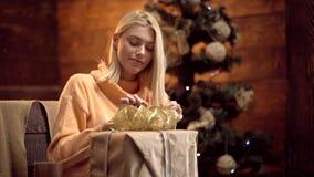 Emoções do presente Deseje-lhe o Feliz Natal Feliz Natal e ano novo feliz Menina Santa com presente filme
