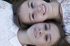Emoções dos povos, gêmeos encantadores das irmãs Fotografia de Stock