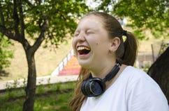 Emoções explosivas da menina adolescente ?rvore no campo fotos de stock