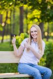 Emoções, expressões, propaganda, verão e conceito dos povos Jovem mulher ou adolescente de sorriso feliz no showin branco do t-sh imagens de stock