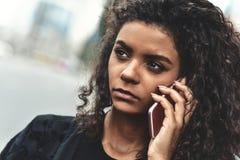 Emoções negativas Conceito do estilo de vida Fim acima do uso novo da mulher da raça misturada um telefone fotografia de stock royalty free