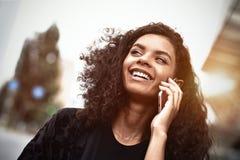 Emoções positivas Conceito do estilo de vida Fim acima do uso novo da mulher da raça misturada um telefone foto de stock royalty free