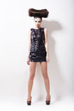 Emo. Couture de Haute. Femme impressionnante de Whistical dans la robe en cuir noire sur le podium photo stock