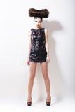 Emo. Hautecouture. Eindrucksvolle Whistical Frau im schwarzen ledernen Kleid auf Podium Stockfoto