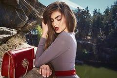 Emoción atractiva de la pasión de la señora del encanto de la actitud del modelo de moda del retrato fotos de archivo libres de regalías