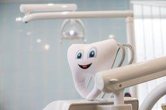Emoción de la sonrisa de los dientes con la herramienta dental del espejo aislada en fondo azul, con los dientes de la trayectori fotos de archivo libres de regalías