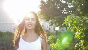 Emoción de las mujeres sonrientes de la felicidad en el primer de los rayos solares en el aire abierto almacen de metraje de vídeo