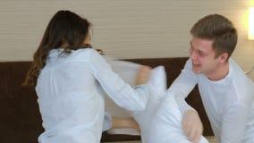 Emoción del amor del ocio de la alegría del abrazo de la lucha de almohada de los pares almacen de metraje de vídeo