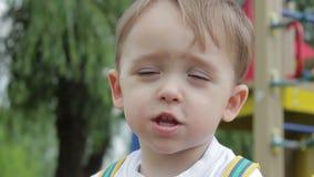 Emoción hermosa de las demostraciones del bebé en el cierre de la sonrisa de la cara para arriba metrajes