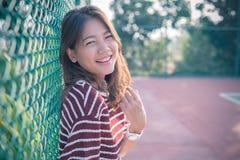 Emoción sonriente de la felicidad de la cara de la mujer más joven asiática sin el mA Imagen de archivo