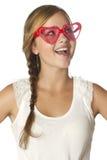 Emoción sorprendida muchacha con las gafas de sol del corazón Imágenes de archivo libres de regalías