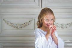 Emoción y sonrisa malvadas, poco ángel hermoso Imagen de archivo libre de regalías