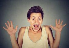 Emocionado estupendo de griterío loco que va feliz del hombre joven Fotografía de archivo libre de regalías