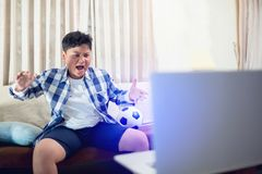 Emocionado feliz del muchacho asiático asombroso sorprendido sorprendió alegre foto de archivo