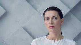 Emocionalmente eliminada mujer que mira en cámara almacen de metraje de vídeo