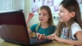 Emociones de los niños durante jugar a los juegos de ordenador almacen de metraje de vídeo