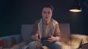 Emociones de los videojugadores con la consola remota del juego metrajes