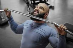 Emociones del atleta profesional que tiran abajo del peso pesado, entrenamiento de los deportes Fotos de archivo libres de regalías