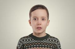 emociones El muchacho sorprendido que mira la cámara Retrato de jóvenes Imágenes de archivo libres de regalías