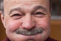 Emociones en la cara de un más viejo hombre Imagenes de archivo