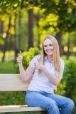 Emociones, expresiones, anuncio, verano y concepto de la gente Mujer joven o adolescente sonriente feliz en el showin blanco de l Imagenes de archivo
